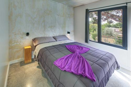 Een bed of bedden in een kamer bij Camping Globo Rojo Barcelona