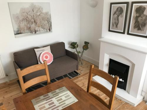 A seating area at Central cosy 2 bedroom apartment
