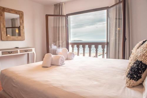 Кровать или кровати в номере Hostal La Torre Ibiza Cap Negret