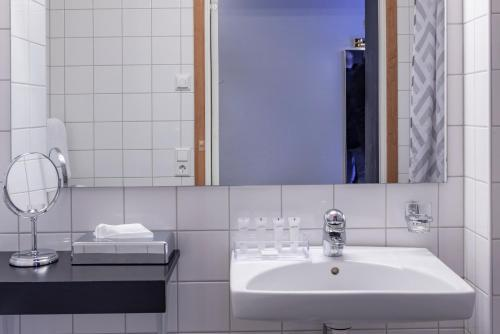 A bathroom at First Hotel Stadt
