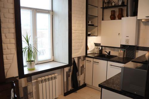 A kitchen or kitchenette at Винтажный шик в центре города