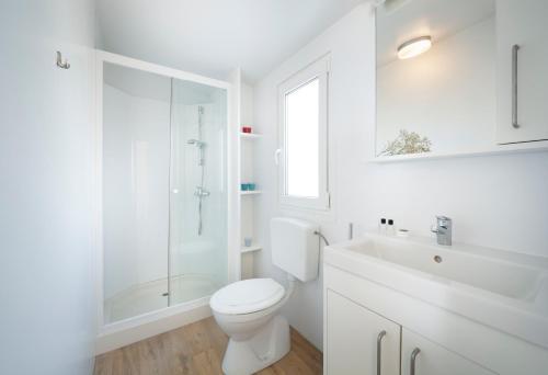 A bathroom at Premium Sirena Village Mobile Homes