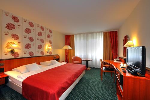 A bed or beds in a room at Best Western Plus Delta Park Hotel