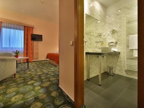 A bathroom at Ramada Airport Hotel Prague