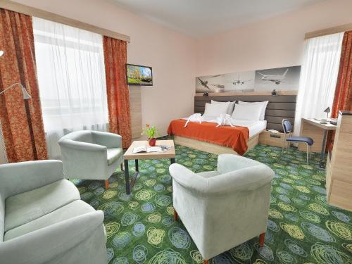 A seating area at Ramada Airport Hotel Prague