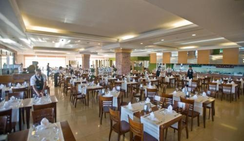 A restaurant or other place to eat at Crystal Paraiso Verde Resort & Spa