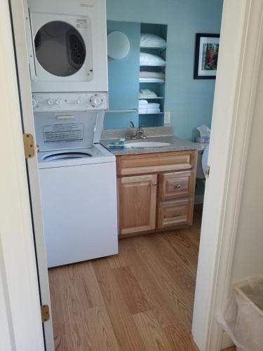 A kitchen or kitchenette at Harbor Ridge