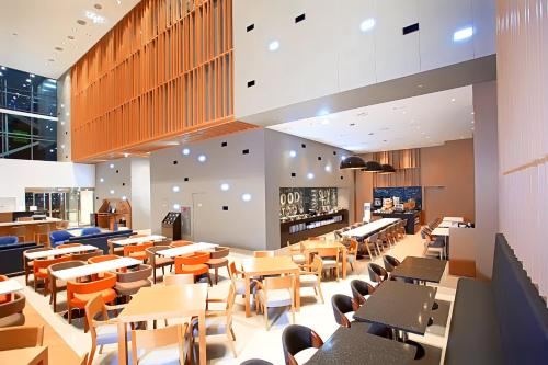 A restaurant or other place to eat at Holiday Inn Express Suwon Ingye