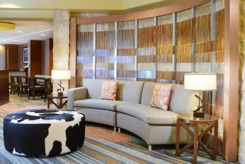 A seating area at SpringHill Suites Fort Worth University