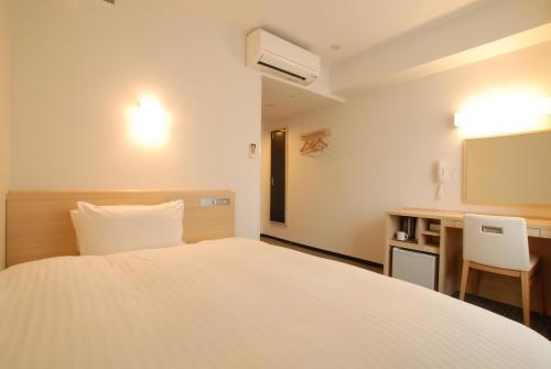 京都四條堀川 AB 飯店房間的床