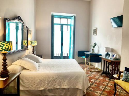 A bed or beds in a room at Hotel Boutique Casa de Colón