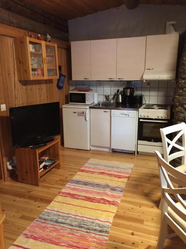 A kitchen or kitchenette at Mäntytupa Lodge