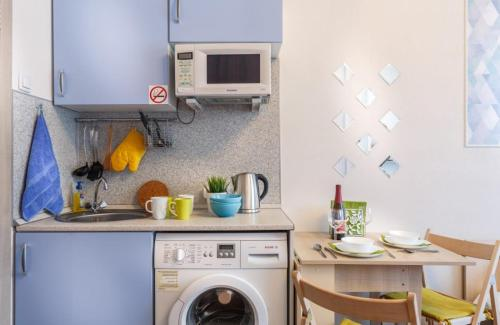 A kitchen or kitchenette at Apartment on Strelkovaya 6