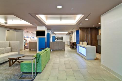 The lobby or reception area at Holiday Inn Express Kamloops