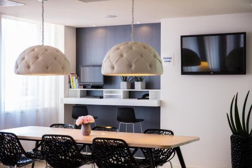 A kitchen or kitchenette at Holiday Inn Express Arnhem