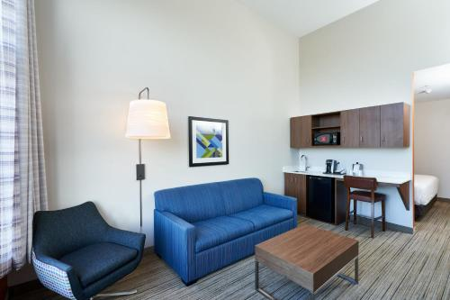 Гостиная зона в Holiday Inn Express Hotel & Suites Dieppe Airport