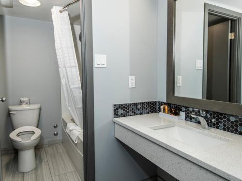A bathroom at Paradise Inn & Conference Centre