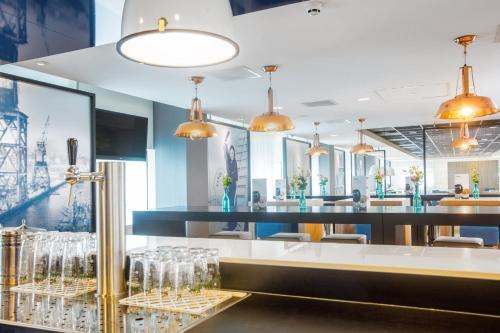 De lounge of bar bij Holiday Inn Express Rotterdam - Central Station