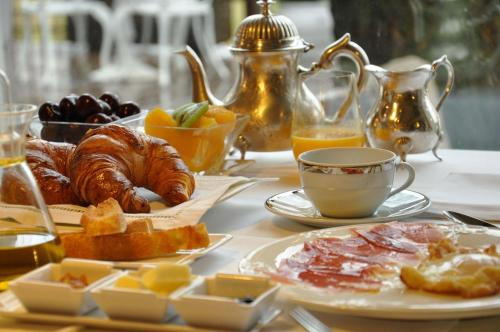 Breakfast options available to guests at A3B Hotel Boutique LAS ALMENAS