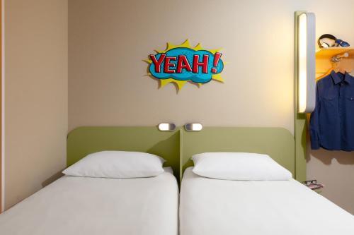 Łóżko lub łóżka w pokoju w obiekcie ibis budget Warszawa Centrum