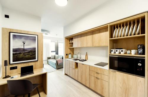 A kitchen or kitchenette at Wilde Aparthotels by Staycity, Berlin, Checkpoint Charlie
