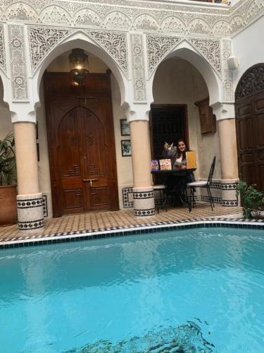 Der Swimmingpool an oder in der Nähe von Riad Abaka by Ghali