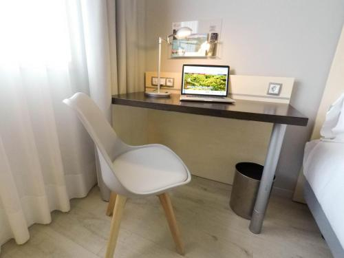 A television and/or entertainment center at Holiday Inn Express Pamplona