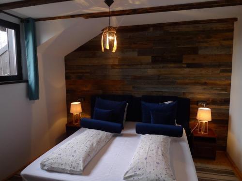 Un pat sau paturi într-o cameră la Casa Mosului