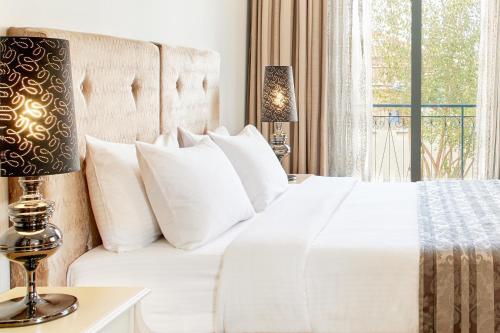Кровать или кровати в номере Dioni Boutique Hotel