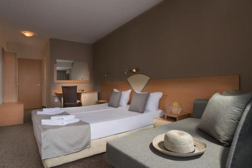 A bed or beds in a room at Hotel Eskada Beach - All Inclusive