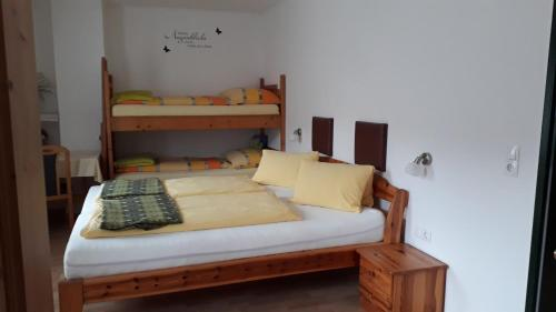 Ein Etagenbett oder Etagenbetten in einem Zimmer der Unterkunft Woerthbauer