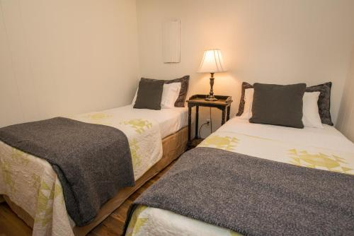 A bed or beds in a room at Green Acres Lakeside Resort Salt Spring Island