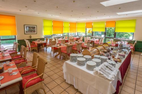 Ein Restaurant oder anderes Speiselokal in der Unterkunft Hotel Tannenhof