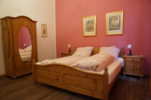 A bed or beds in a room at Pension Stadtmitte Garni