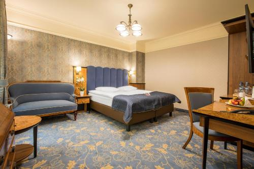 A bed or beds in a room at Hotel Diament Plaza Gliwice