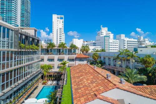 A view of the pool at Lennox Miami Beach or nearby