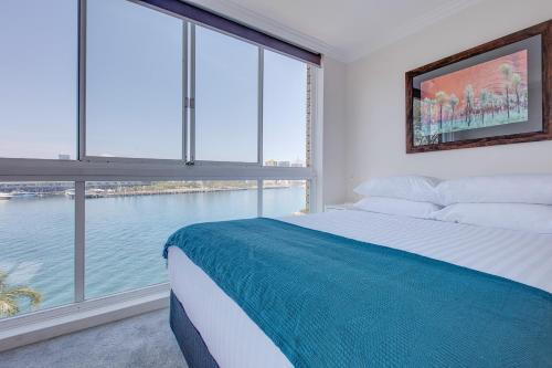 A bed or beds in a room at Wake up to Sydney Harbour