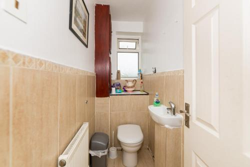 A bathroom at Spacious Bright Forest View Apartment