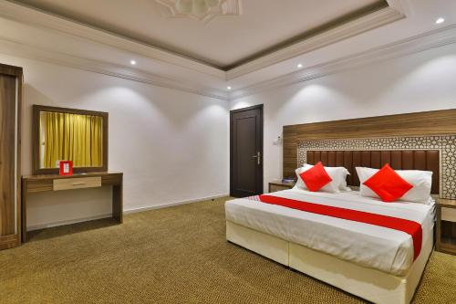A bed or beds in a room at OYO 368 Al Hamra Palace Group Andalus