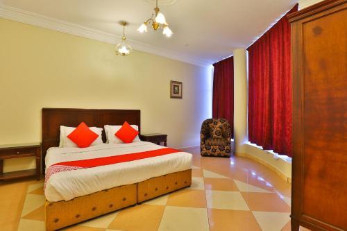 سرير أو أسرّة في غرفة في OYO 369 Arwa Alqosor
