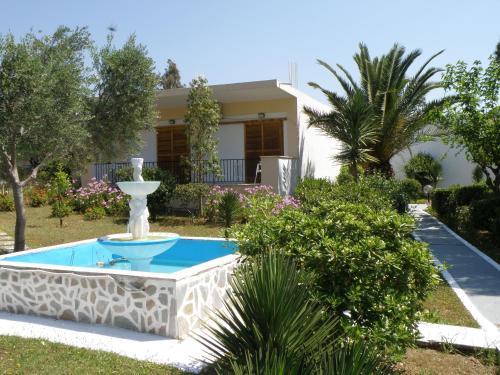Der Swimmingpool an oder in der Nähe von Hotel Petit Village