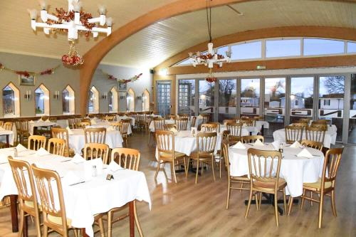 A restaurant or other place to eat at Warrens Village Motel and Self Catering