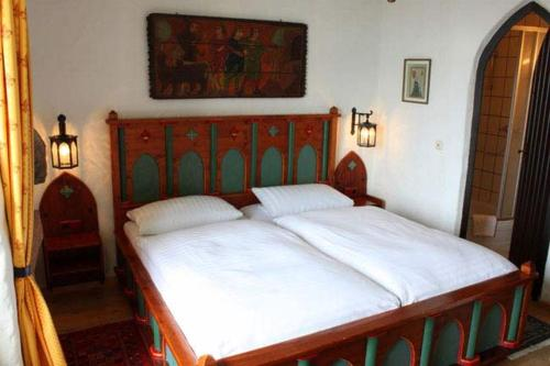 A bed or beds in a room at Hotel Burg Liebenstein