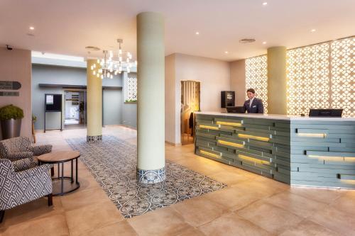 The lobby or reception area at Catalonia Santa Justa