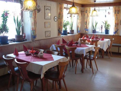 Ein Restaurant oder anderes Speiselokal in der Unterkunft Schwarzer Adler