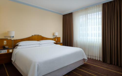Кровать или кровати в номере Гостиница Шератон Палас Москва