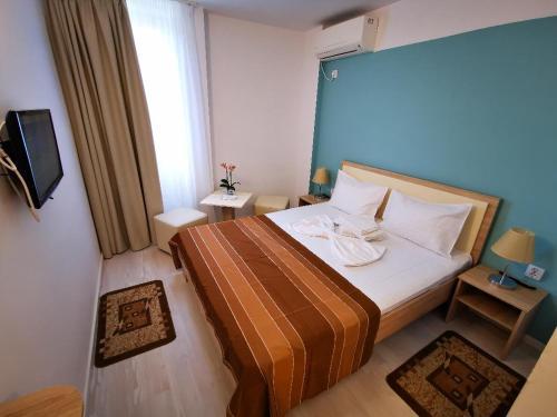 Un pat sau paturi într-o cameră la Hotel Diana