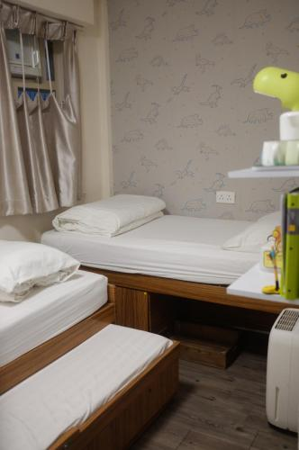A bed or beds in a room at Alohas Hostel