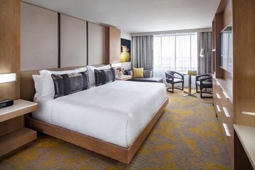 A bed or beds in a room at Washington Court Hotel