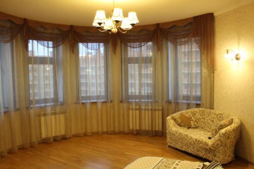 A seating area at Двухкомнатные апартаменты на юбилейном 31